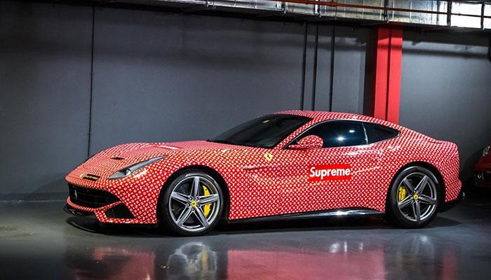 Koop deze frisse Ferrari in Supreme x Louis Vuitton wrap en wees de god van de streetstyle fashion.