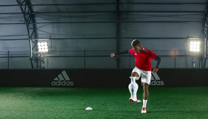 Vergeet de bal. Paul Pogba's nieuwe voetbalschoen laat hem net zo makkelijk spelen met een vaas of een Playstation.
