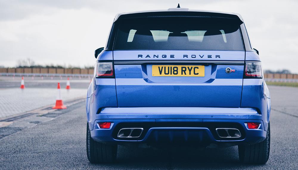 Deze week vlogen we op uitnodiging van Range Rover het kanaal over om kennis te maken met de Range Rover Sport SVR. We delen graag in het kort onze eerste bevindingen aan de hand van vijf vragen.