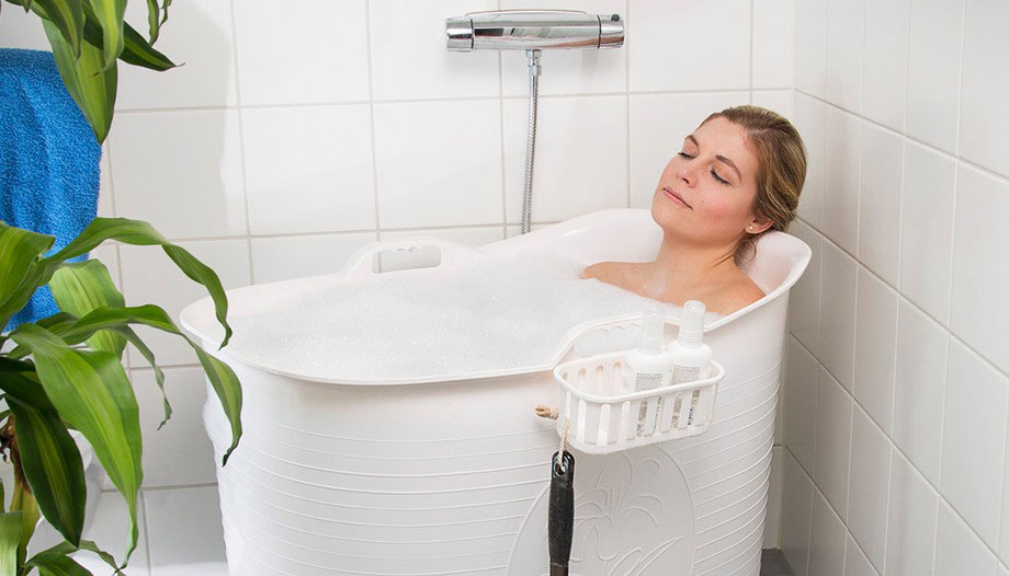 Heb je onwaarschijnlijk veel zin om in bad te gaan, maar moet je het thuis stellen met een lousy douche? Dan is de Bath Bucket de perfecte oplossing.