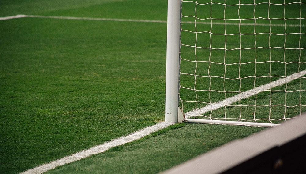 Clarence Seedorf liet in 2001 een voetbalstadion bouwen in de Surinaamse hoofdstad Paramaribo. Kosten: 4 miljoen gulden. Nu staat het stadion te koop.