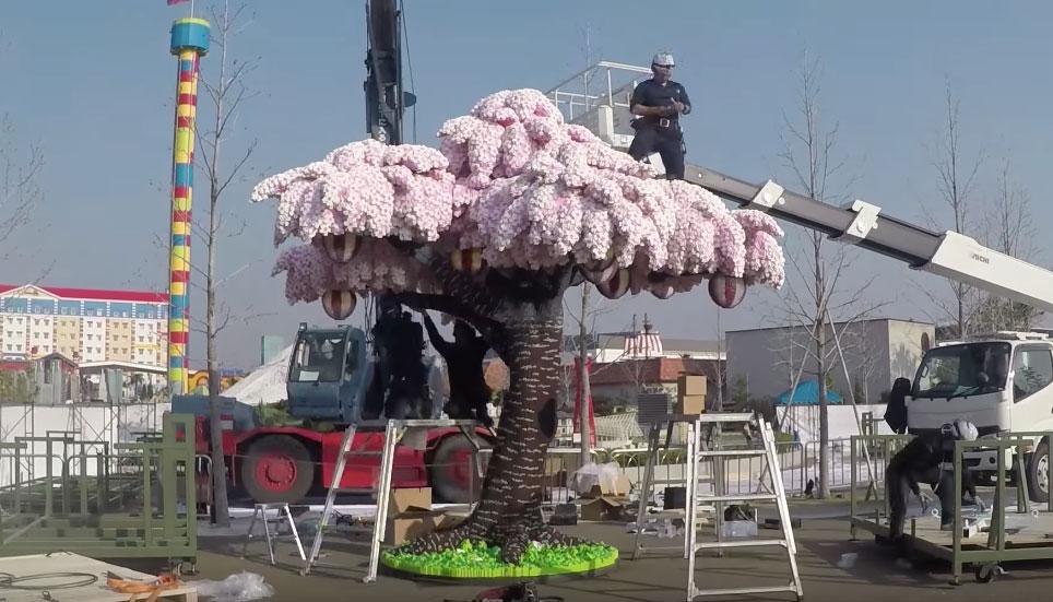 Dus jij dacht dat de kersenbloesem in Japan maar kort bloeide? Think again. Deze kersenbloesem van Lego bloeit het hele jaar door. En bestaat uit 881.470 steentjes.