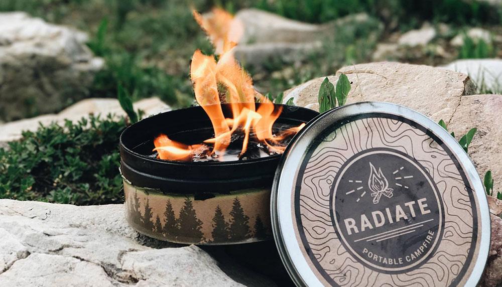 Nu het eerste mooie weekend van het jaar een feit is, kunnen we zachtjesaan gaan dromen over een volwaardige zomer. Zo eentje met broeierige avonden die je doorbrengt met vrienden in het park. Het draagbare kampvuurtje Radiate Portable Campfire maakt die avondjes nóg beter.
