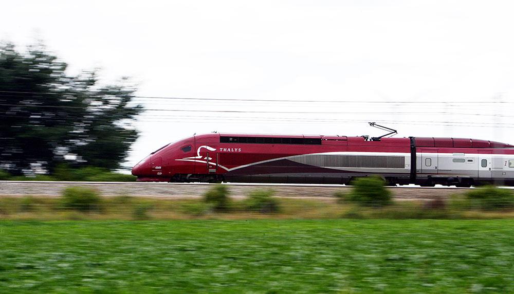 Vergeet de auto, laat de bus voor wat 'ie is: er komt een directe treinverbinding tussen Amsterdam naar Disneyland Parijs. Daardoor kun je vanaf volgend jaar iedere dag vanuit Amsterdam binnen vier uur in je favoriete pretpark zijn.