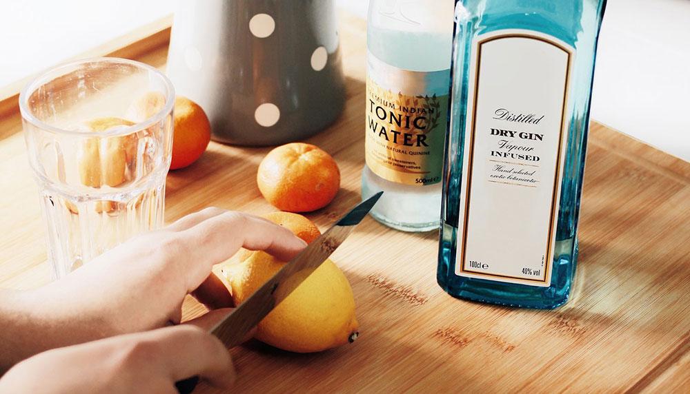 Het KRONCRV-programma Keuringsdienst van Waarde dook diep in de wereld van de gin, het drankje dat je ook deze zomer weer volle bak gaat drinken. In combinatie met tonic, dat spreekt. Maar wat blijkt? Er zit vaak helemaal niet zoveel gin in gin.