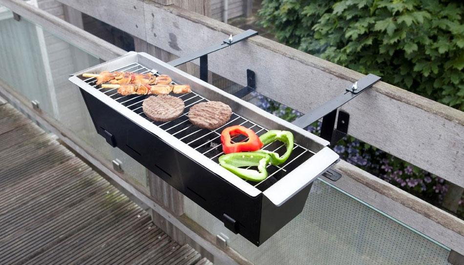 De horror: lekker weer, zin om te barbecueën, maar geen tuin. Voor iedereen die z'n dagen slijt in een appartementje met balkon, is er de balkon barbecue.
