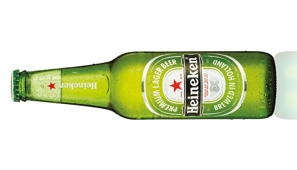 Nicolette van Dam postte een filmpje waarop ze een flesje Heineken opent met haar hak. Het #HeinekenHakkie was geboren. En neemt Instagram langzaam maar zeker over.