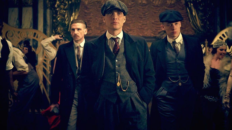 Buckle up. De Britse hitserie rond gangsterbaas Thomas Shelby stopt niet na het vijfde seizoen. Nee, er komen nog twee nieuwe seizoenen Peaky Blinders aan.