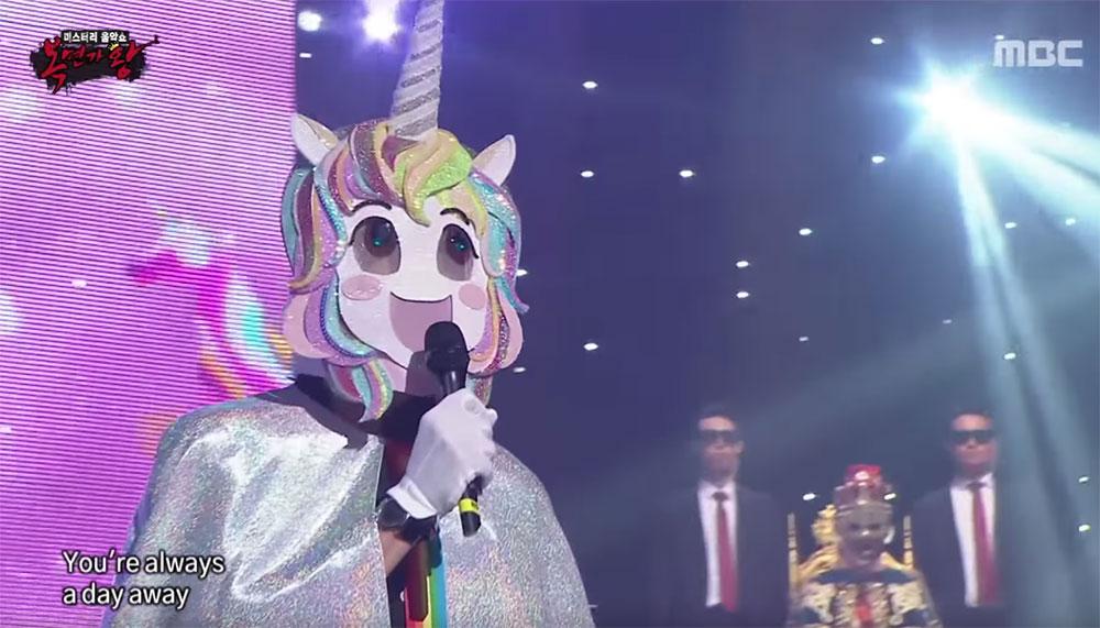 Deadpool 2-ster Ryan Reynolds heeft de kijkers van het Zuid-Koreaanse tv-programma King of Mask Singer de avond van een leven bezorgd. Hij zong - anoniem - het nummer 'Tomorrow' uit de musical Annie. Terwijl hij verkleed was als eenhoorn.