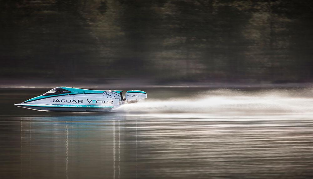 Vooruit, deze hoort niet echt in de categorie 'wheels', maar een Jaguar blijft een Jaguar. Ook als het een boot is. Het mooiste: deze nautische Jaguar zet een snelheidsrecord op het water.