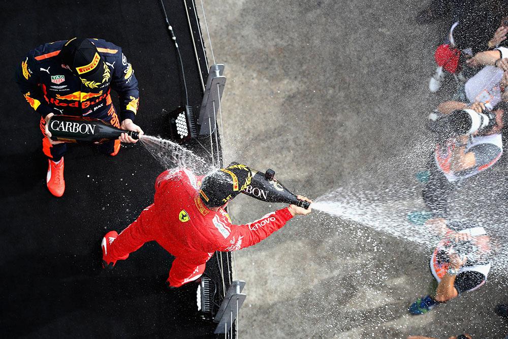 Max Verstappen mocht na een knappe derde plek in Canada weer eens ouderwets aan de fles. Aan de dure fles, welteverstaan. Maar wat kost de champagne-douche na een Formule 1-overwinning precies?