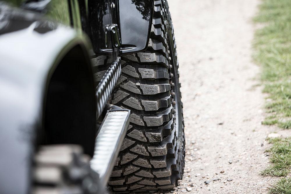 Eén van de auto's die 007 recentelijk nog een kopje kleiner probeerden te maken staat te koop: de Land Rover Defender uit Spectre. Laat James Bond het maar niet horen.
