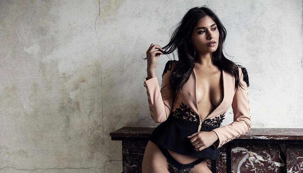 Ex-miss Nederland, ex-vriendin van oud-profvoetballer Khalid Bouhlahrouz, maar zeker geen ex-beauty. Speciaal voor JFK gaat Yasmin Verheijen uit de kleren.