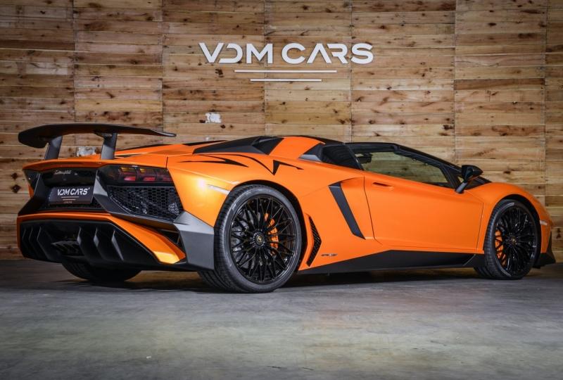 Je hebt de keuze tussen een Lamborghini Aventador SV Roadster in Arancia Atlas of Rosso Bia. Tijd om kleur te bekennen.
