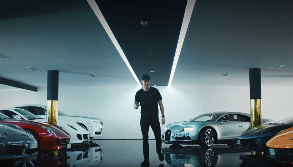 Ronaldo gaat naar verluidt 30 miljoen per jaar verdienen. Waar hij dat aan uitgeeft? Dit is de autocollectie van Cristiano Ronaldo.
