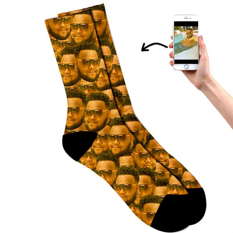 Sokken zijn het stomste cadeau ooit. Omdat je weet dat de gever geen inspiratie had om iets uit te zoeken. Tot nu, dankzij deze gepersonaliseerde sokken.