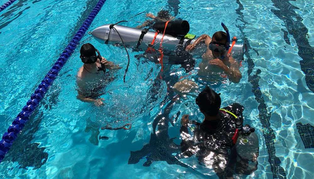 Al sinds 23 juni zit een groep Thaise voetballertjes vast in een ondergelopen grot. Ze kunnen nu kunnen rekenen op steun van de onderzeeër van Elon Musk.