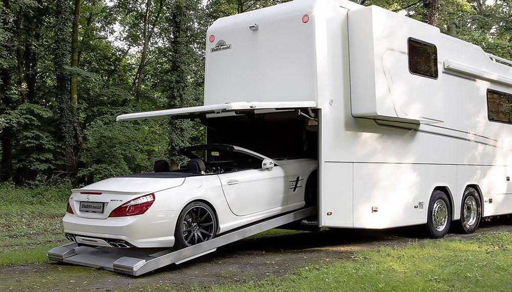 Als het aan de bouwers van de Vario Perfect ligt, hoef je nooit meer op vakantie zonder je droomauto. Dit is een camper met ingebouwde garage.
