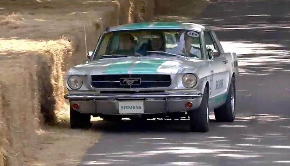 De klassieke zelfrijdende Ford Mustang van Siemens heeft zelfstandig de Hillclimb tijdens het Goodwood Festival of Speed afgelegd. Of ja, zelfstandig...
