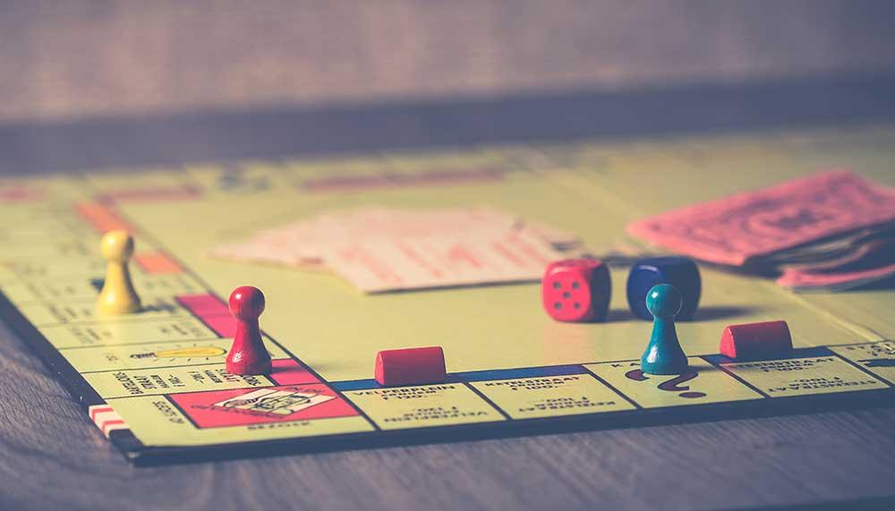 Schokkende bekentenis uit voetballand: voetballers spelen Monopoly met vrouwen in plaats van straten. Ze hadden seks met de vrouwen en rekenden elkaar huur.