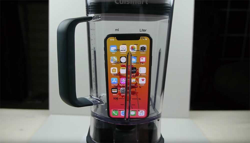 Stel: je stop je iPhone X in een blender, maalt hem aan gruzelementen en voegt wat water toe. Kun je de brij die overblijft dan drinken?