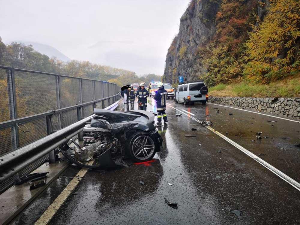 Audi R8 breekt in tweeën