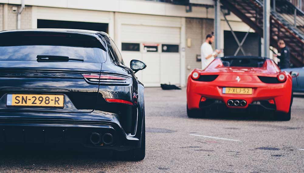 Autokrakers hebben de Porsche van DJ La Fuente lelijk toegetakeld. De DJ ontving deze nare verassing in Amsterdam.