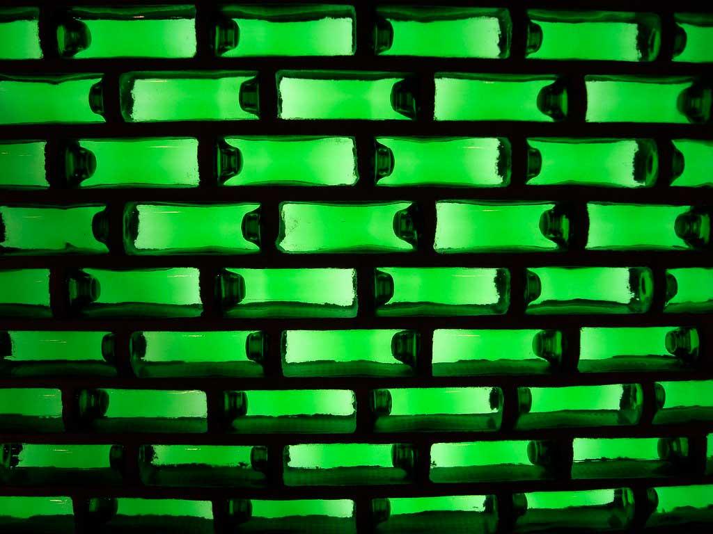 huizen gemaakt uit Heineken flesjes