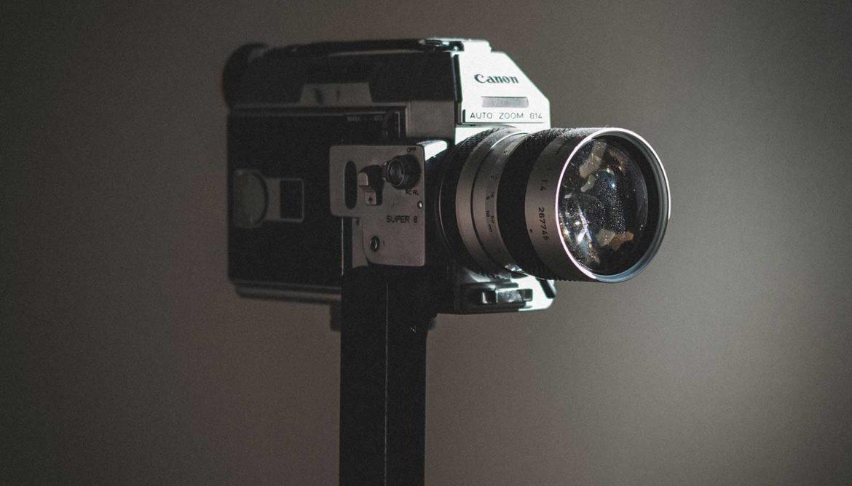 Oude videocamera in kringloopwinkel