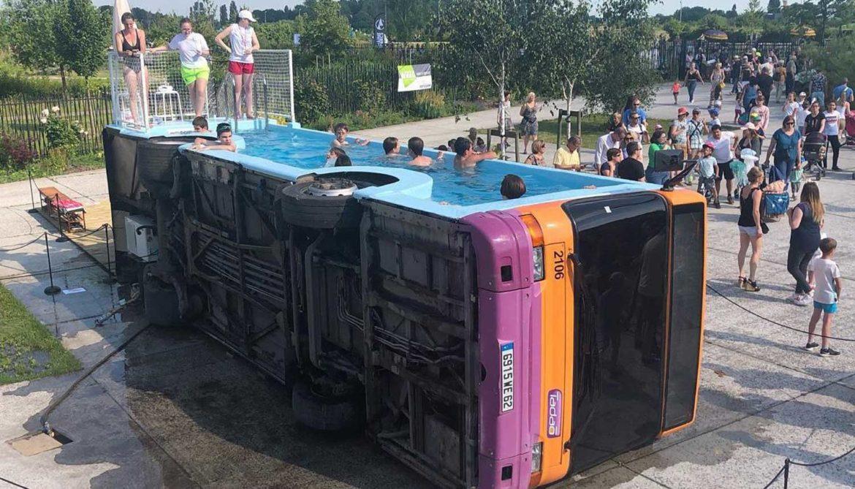 Bus omgebouwd tot zwembad