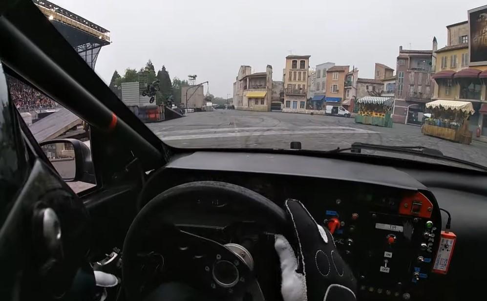 Meerijden met stuntman in autoshow van Disneyland