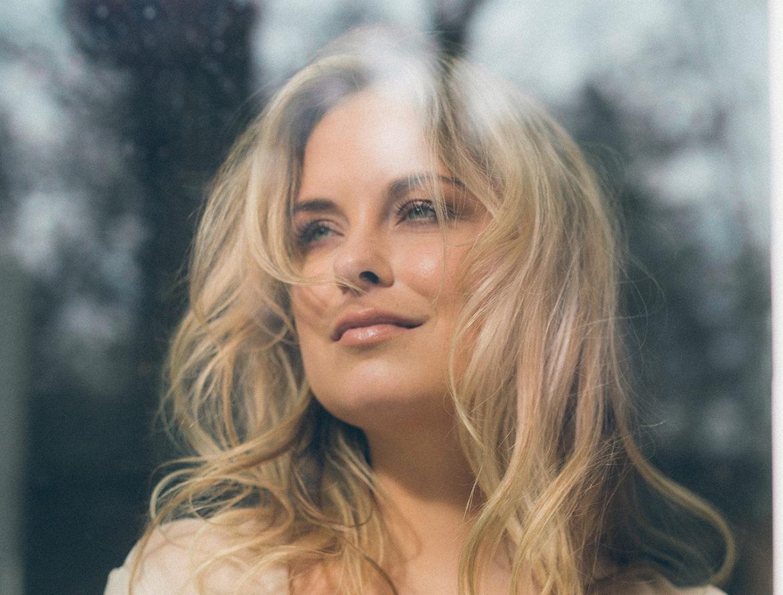 Sylvana IJsselmuiden uitgeroepen tot Mooiste Vrouw van Nederland door FHM