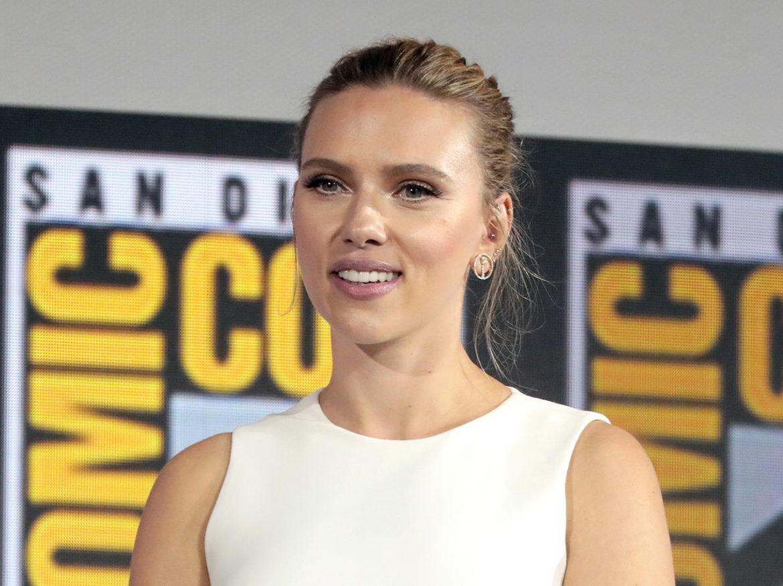 Scarlett Johansson geeft Black Widow stokje over aan Florence Pugh