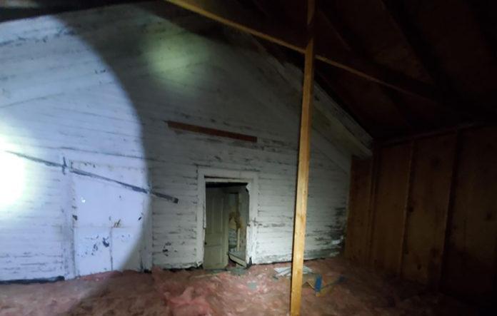 Man vindt compleet huis op zijn zolder