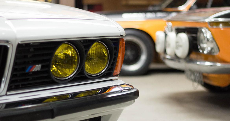 Waarom hebben auto's gele koplampen?