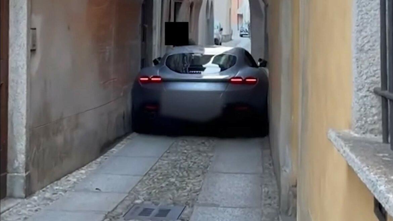 Ferrari Roma zit helemaal vast in krappe steeg