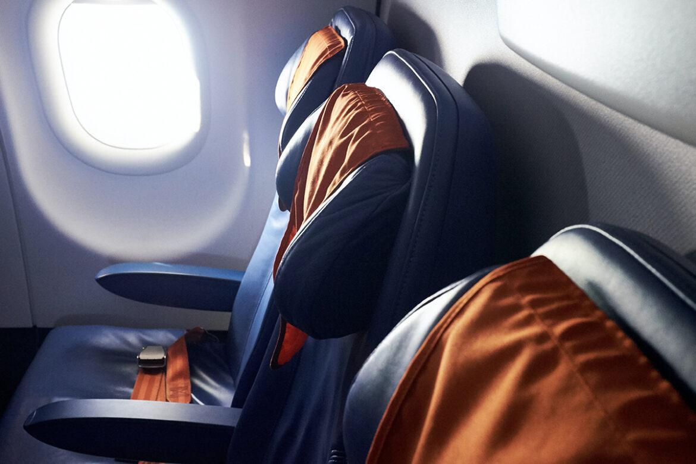 Australische maatschappij Qantas zet hun eerste klas-vliegtuigstoelen te koop.